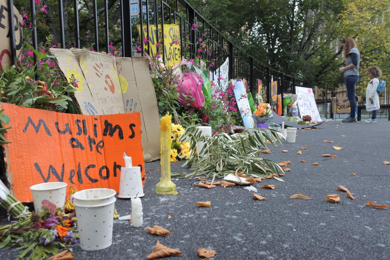 2019 年 3 月,紐西蘭基督城清真寺發生慘絕人寰的槍擊案,槍手闖入掃射,並在社群平台上直播屠殺過程,共 51 人死亡。嫌犯曾在社群論壇發表種族仇恨宣言,讓極端言論與平臺責任再掀討論。圖片來源│iStock