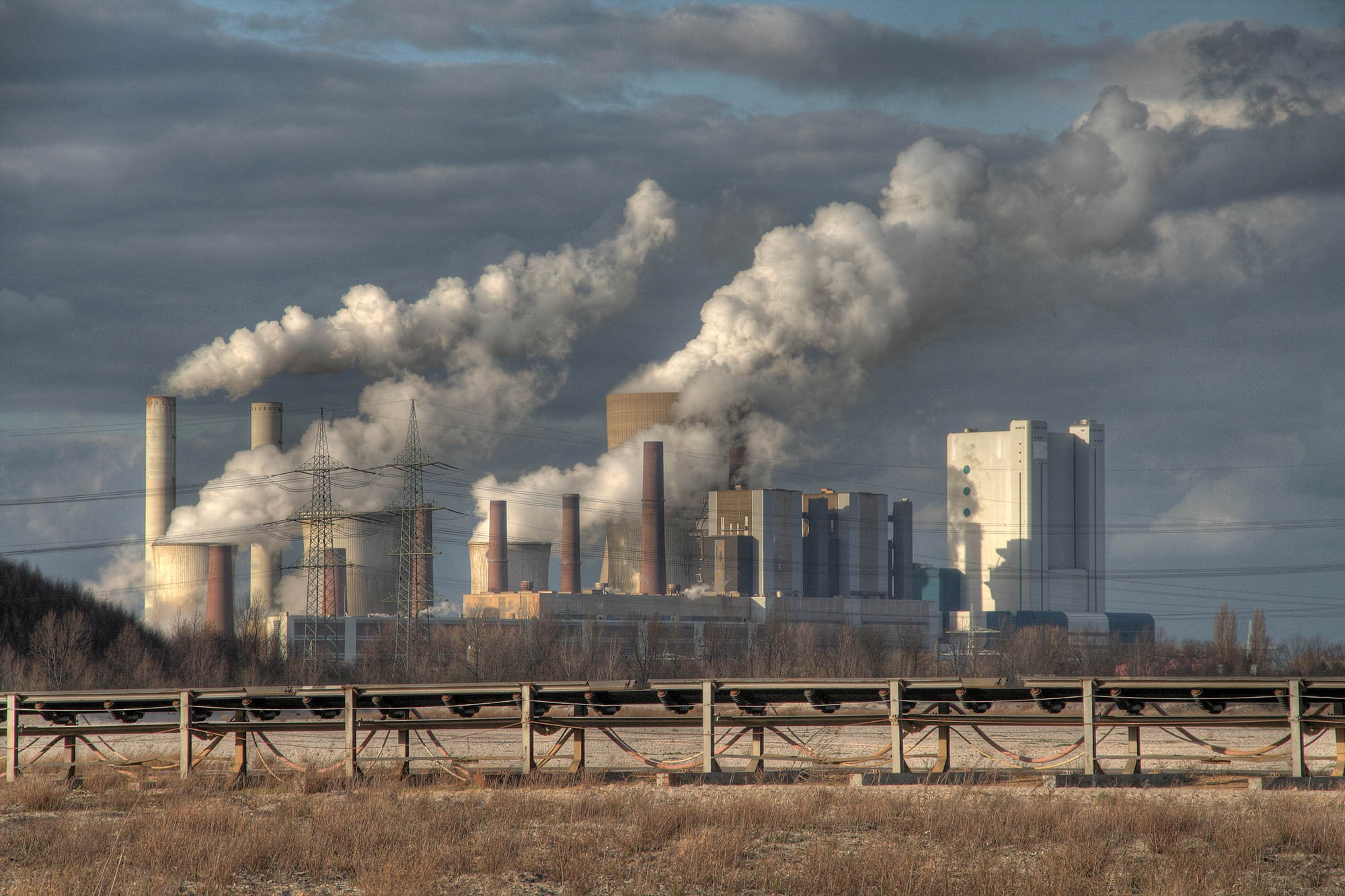 燃煤電廠投資成本高,營運成本低,未來轉換需要付出龐大費用,更是氣候變遷的主因之一,是具有高度碳鎖定風險的選項,許多國家皆已停止興建。圖片來源│iStock