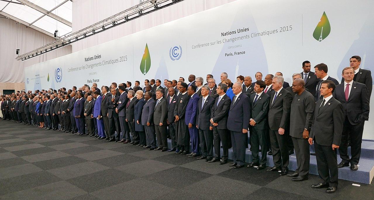 聯合國《氣候變化綱要公約》第 21 屆締約國大會,於 2015 年 11 月 30 日在法國首都巴黎近郊舉行,為期 13 天,簡稱「COP 21」或「CMP 11」。會議目的是各國達成共識,簽訂具有約束力的措施,遏止全球氣溫上升趨勢,被視為「拯救地球的最後機會」,也是最多國家領袖參與的一屆會議。圖片來源│維基百科