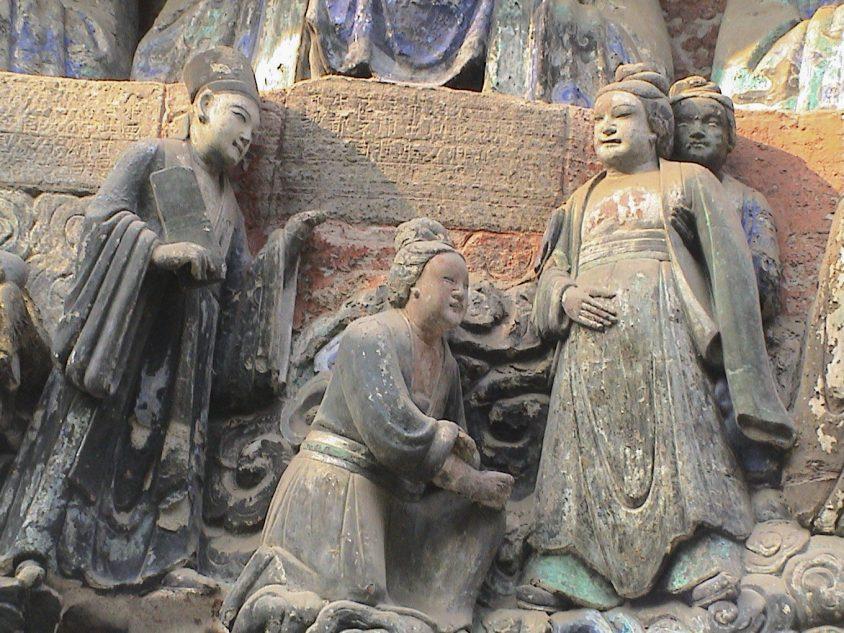 中國四川大足寶頂山的石刻,相傳由宋代僧人趙智鳳鑿建。其中,「臨產受苦恩」石像生動呈現古代婦女的生產場景,產婦以直立體位臨盆,助產者一人在背後抱腰,一人在前面準備接生。圖│李貞德攝
