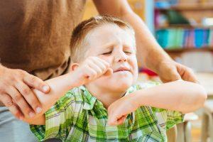 一般小孩可能很活潑、動來動去,,但如果願意,還是可以安靜下來專注在同一件事上。過動症則是一種精神性疾病,病患的注意力不集中、活動力很強,而且無法自我控制。目前常用治療方法是服藥,搭配行為療法、心理諮商或感覺統合訓練。圖片來源│iStock
