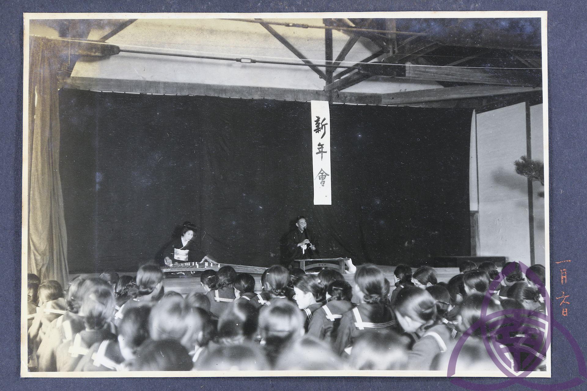 昭和 10 年(1935 年)二高女(今臺南女中)的新年會,學校是日本政府規訓同化的重點場域,透過各種活動、儀式讓學生接受「新曆年」。圖│臺南女中百年老照片