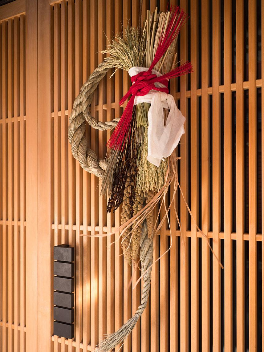 掛門松、稻草繩是日本傳統的新年儀式,現今日本依然可見。圖│iSock