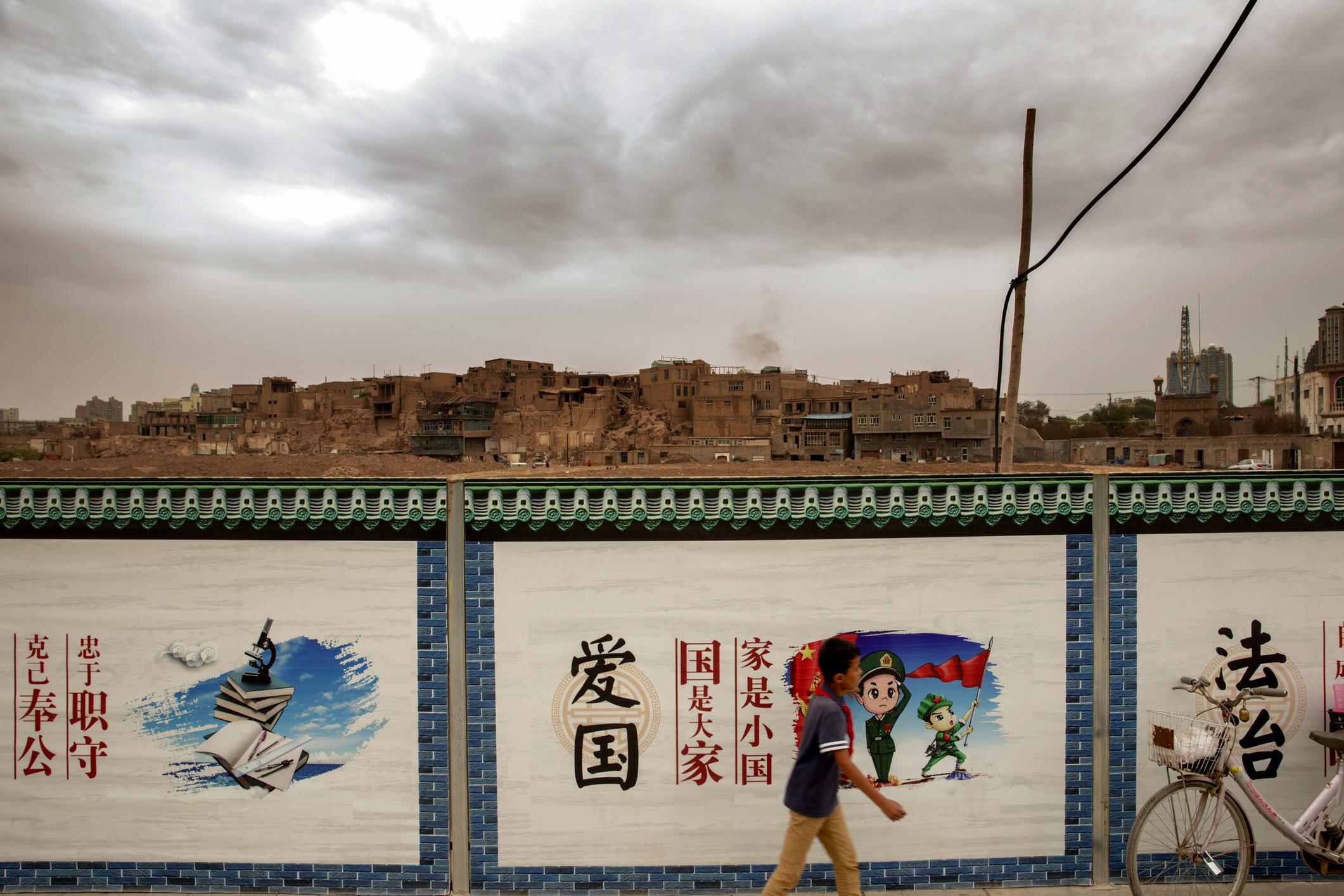 中國社會慣常見到各式宣傳標語,這類用詞對外國人,具有難以帶入的距離感。但蔡文軒認為,從詞彙用語的特性、包裝、脈絡,以及背後「潛台詞」,都能體現中共鞏固政權的運作基礎。圖│iStock