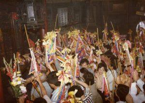 香客手持進香旗進入大殿,大殿內即將進行「謁祖割火」儀式。圖│張珣