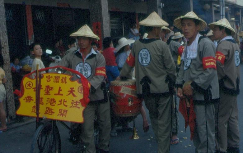 1986 年鎮瀾宮前往北港進香的開路鼓。開路鼓是進香陣頭的先鋒,走在隊伍前端,沿途步行敲打吹奏,提醒信徒隊伍已到。圖│張珣