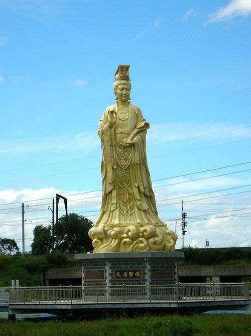 媽祖信仰普遍存在於華人地區,許多移民遷徙時會攜帶神像或香火隨船,保佑一路平安,落地後便供奉媽祖信仰,並作為家鄉認同、仲裁糾紛的依據。日本、美國、馬來西亞甚至南非,都有媽祖廟。圖為澳洲墨爾本近郊的媽祖神像。圖│張珣