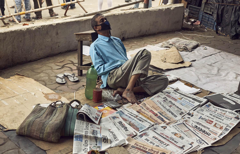 Covid-19 衝擊下,印度下令封城,許多鄉村勞工只能徒步數十公里返鄉,甚至有童工命喪途中。新加坡也傳出移工集體感染,再次暴露開發中國家、經濟弱勢群體,在疫病中往往首當其衝。圖片來源│iStock