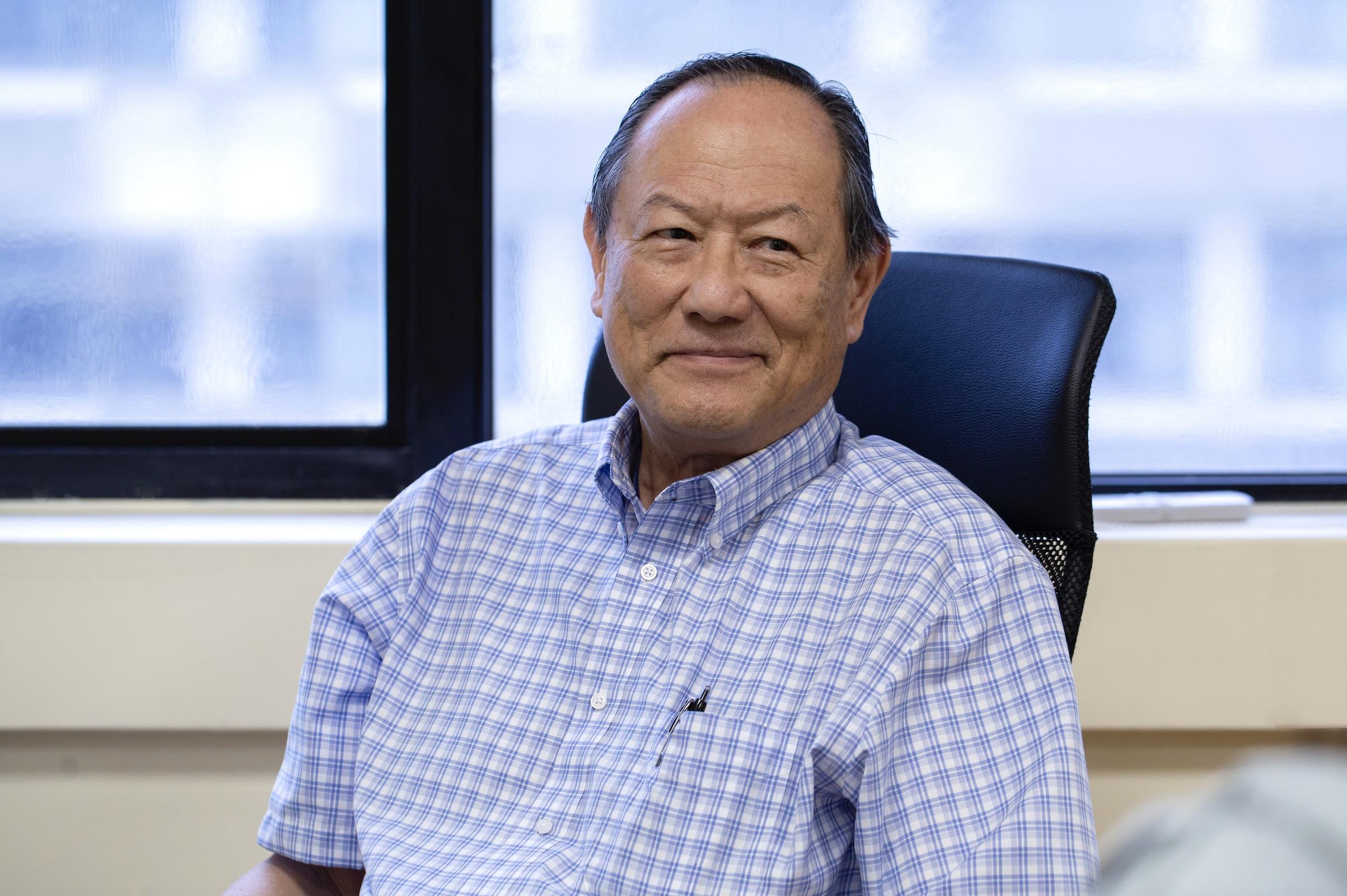 中研院錢嘉陵院士,任教於美國約翰霍普金斯大學,並為 Jacob L. Hain 講座教授,專注於磁性、超導體、自旋電子學和納米結構材料的研究。錢教授不但是美國物理學會和美國科學促進學會的會士,榮獲美國物理學會的大衛·阿德勒獎 (David Adler Award),更得到國際物理與應用物理聯盟 (IUPAP) 磁學獎與奈爾獎章 (Néel Medal)。攝影│林洵安