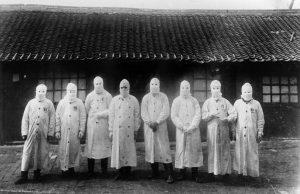 伍連德是近代第一個改良、宣導配戴口罩防疫的公衛專家,「伍式口罩」成為滿州鼠疫的防護標誌。這場瘟疫之戰也讓他獲得諾貝爾獎提名,成為華人史上第一人。圖│Institute Pasteur/ Archives Henri Mollaret, University of Cambridge
