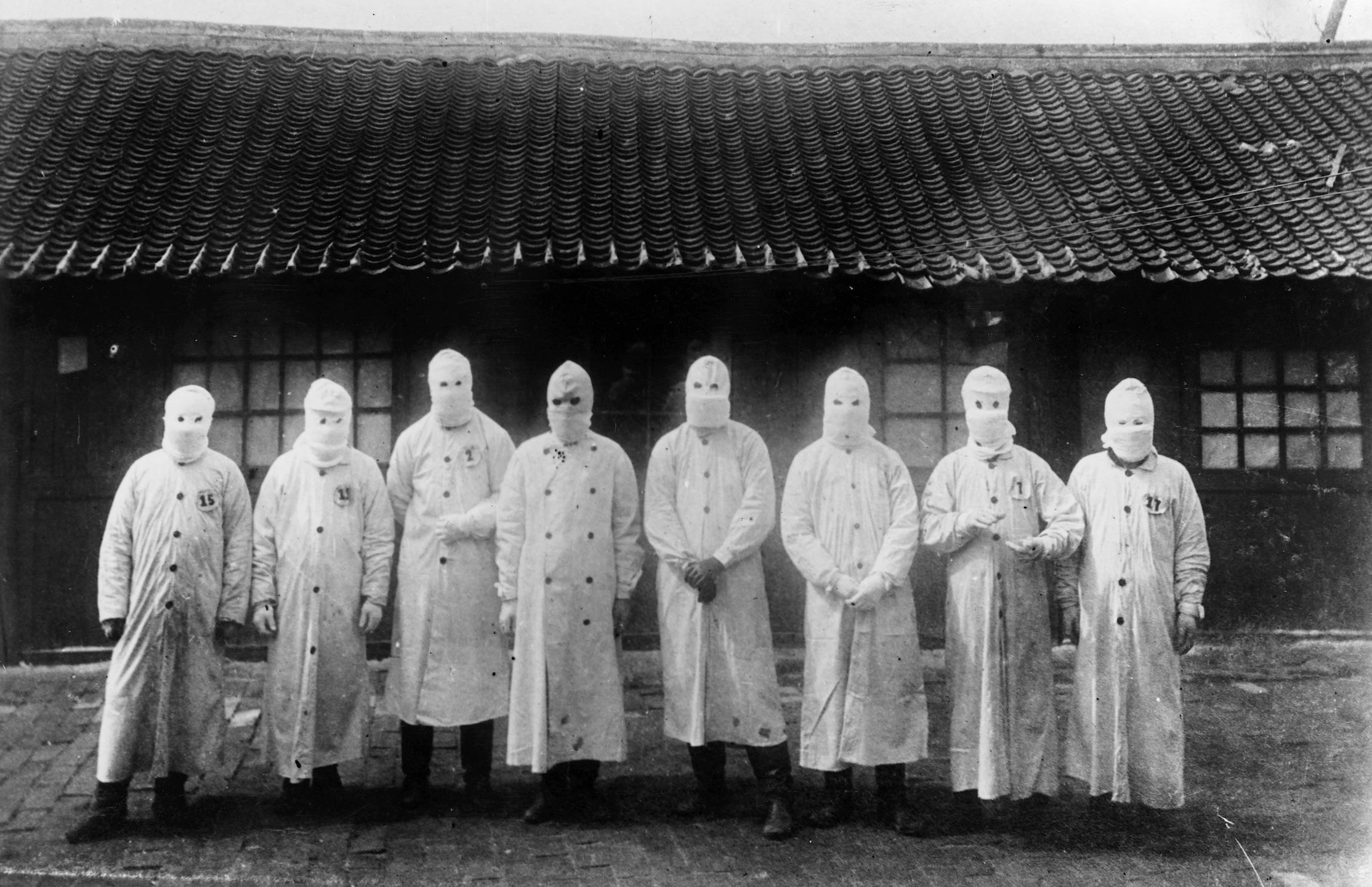 伍連德是近代第一個改良、宣導配戴口罩的公衛專家,「伍式口罩」成為滿州鼠疫的防護標誌。這場瘟疫之戰也讓他獲得諾貝爾提名,成為華人史上第一人。圖片來源│Institut Pasteur/Archives Henri Mollaret,universityl pf cambridge