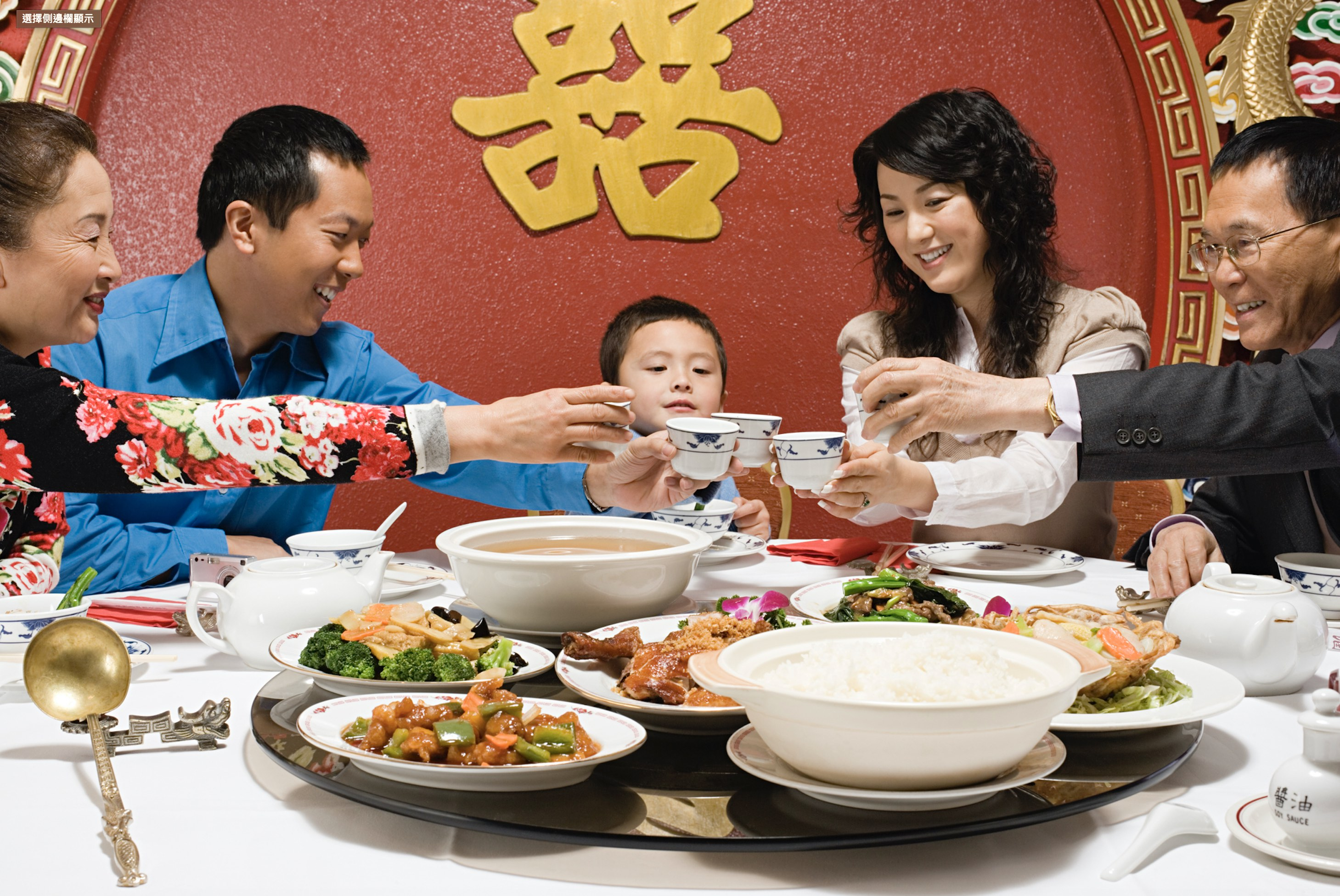 想像得到嗎,20 世紀以前華人餐桌上並沒有這種大轉盤,它的誕生其實是因為肺結核的防治。圖片來源│iStock
