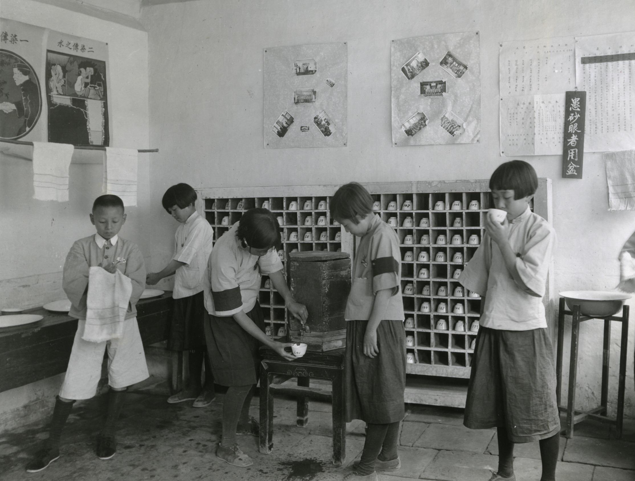 1920-30 年代,著名公衛學家蘭安生與同事們,教導學童使用個人水杯、毛巾。衛生運動影響了生活用具,同時,這些器皿也改變我們切身的身體習慣與感受,建構出全新的衛生感和自我認同。圖│洛克斐勒檔案中心(Rockefeller Archive Center)