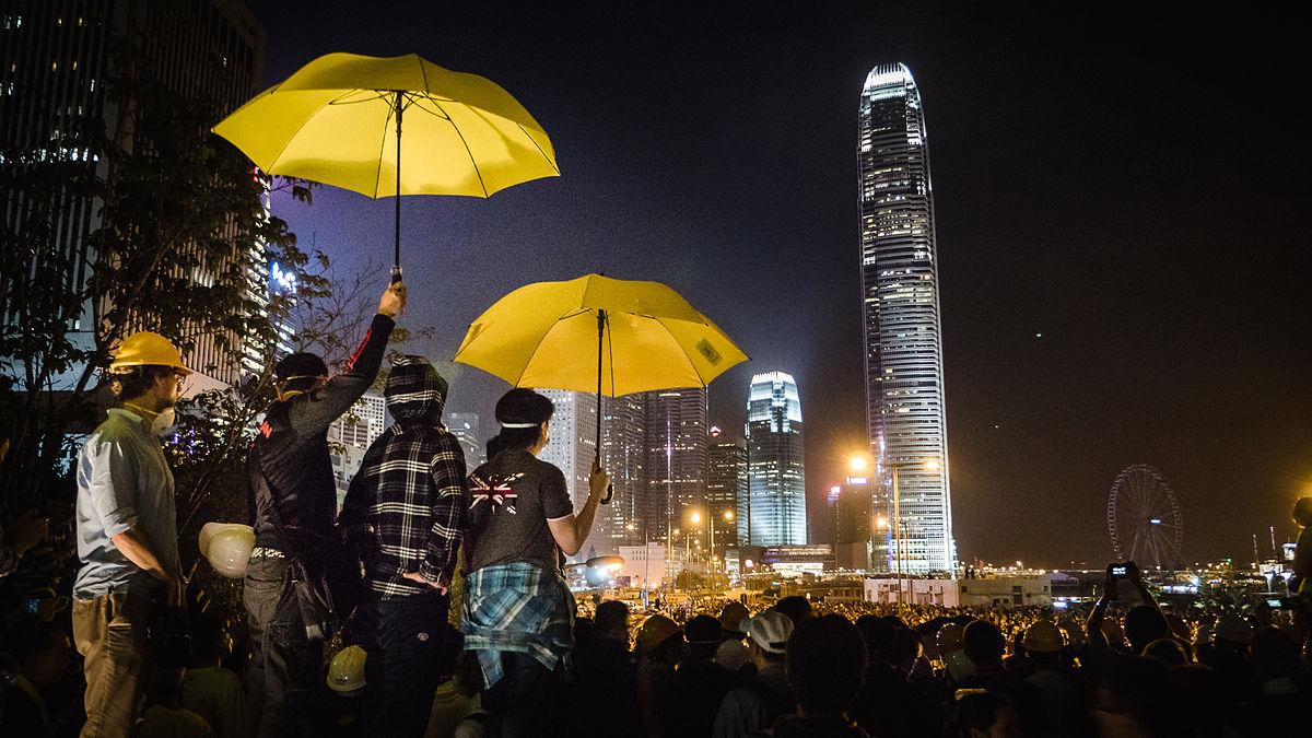 雨傘運動爆發時,港警大舉發射催淚彈,震驚各界,迅速激起大規模的抗爭。但領導核心的鬆散、薄弱,造成決策行動受限,成為運動的絆腳石。圖│Pasu Au Yeung
