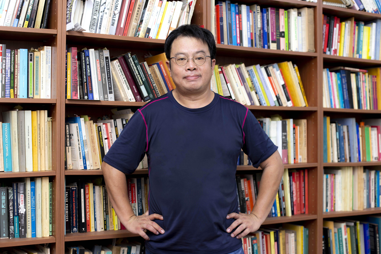 何明修自陳,原本書架上香港的書一本也沒有,如今卻長出了好幾個櫃子。面對充滿變數的國際局勢,無人知道何時榮光才會降臨,但他仍相信,街頭之外,香港人依舊會用其他方式繼續對抗。圖│研之有物