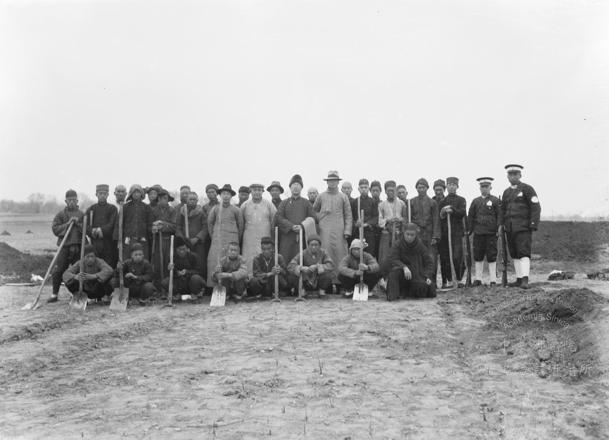 1928 年 8 月,董作賓在小屯村開坑發掘刻字甲骨片。1929 年春天,由李濟主持殷墟發掘工作,中研院史語所開始用近現代考古方法,開探發掘。圖為第十三次發掘全體員工。圖│中研院歷史語言研究所