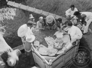 中研院史語所前後進行了十五次發掘,直到中日戰爭爆發,日軍不斷進逼,不得不撤出。因為戰亂,這些甲骨和珍貴文物隨人員不斷遷徙。目前約有兩萬五千多片甲骨珍藏於史語所,中研院歷史文物陳列館也設置「殷墟文化區」,讓民眾親眼見識出土文物。圖│中研院歷史語言研究所