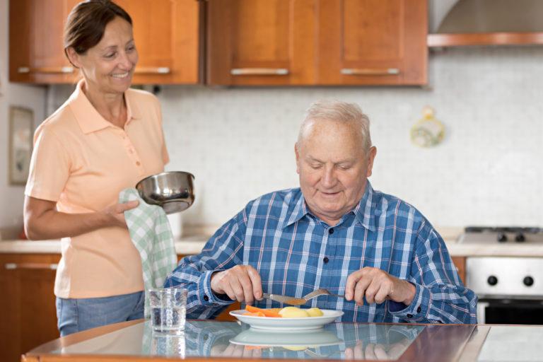 雇用相對低廉的外籍看護,是義大利目前普遍流行的照護選擇。如同目前台灣多以「移工」取代外勞、瑪麗亞稱呼,近年義大利也逐漸改稱 family assistant,不再用有汙名意涵的 badanti。圖│ iStock