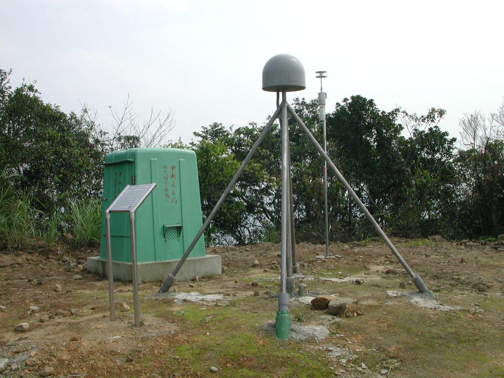 位於臺灣汐止的 GPS 固定觀測站。半圓形遮罩為避免蟲鳥、外力等因素造成天線損毀。圖│許雅儒提供