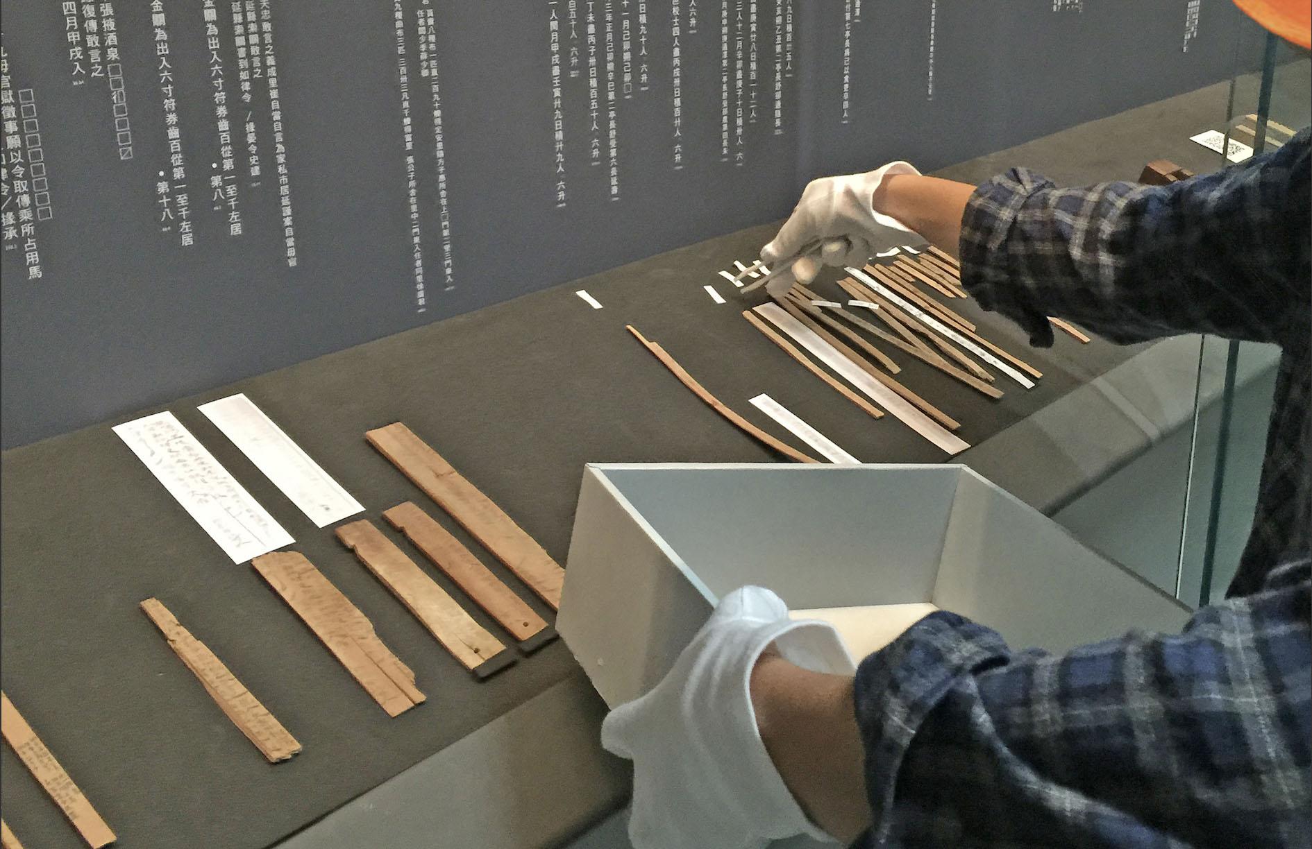 簡牘文書是古人書寫在竹木片的紀錄,但這些珍貴文獻往往字跡潦草、模糊,很難辨認。2019 年中研院開發出簡牘字典數位資料庫,是研究者重要幫手。今年更與日本五大學研機構合作,蒐齊 150 萬的字形,建置了東亞規模最大的「歷史文字資料庫統合檢索系統」。圖│研之有物(來源:歷史文物陳列館/中研院開放博物館)