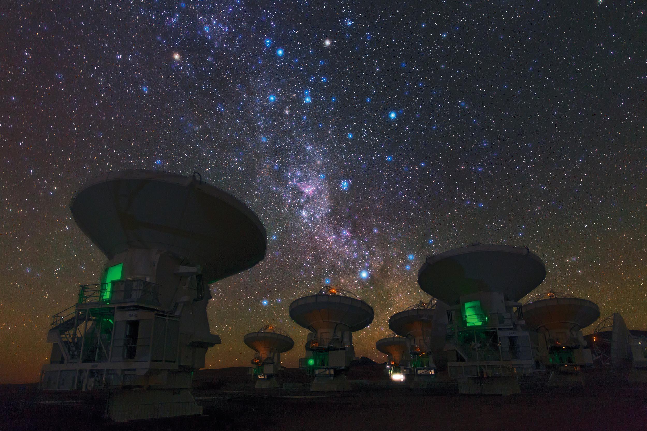 阿塔卡瑪大型毫米波天線陣中的一些無線電望遠鏡,運用了「天文干涉技術」。若要用單一望遠鏡看清楚原行星盤,望遠鏡必須非常巨大,技術上很困難。因此天文學家先建造幾個「比較小」的望遠鏡,彼此相隔遙遠,再將它們的觀測資料一起分析,效果等同一台巨大望遠鏡,這就是「天文干涉技術」 。圖│維基百科