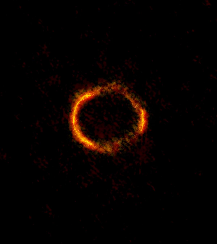 SDP.81 愛因斯坦環。這是地球、40 億光年外之 A 星系、120 億光年外之 B 星系,三個天體同時在一直線上,因為位置剛好加上 A 星系的巨大重力所造成的奇景。圖│ ALMA (NRAO/ESO/NAOJ); B. Saxton NRAO/AUI/NSF