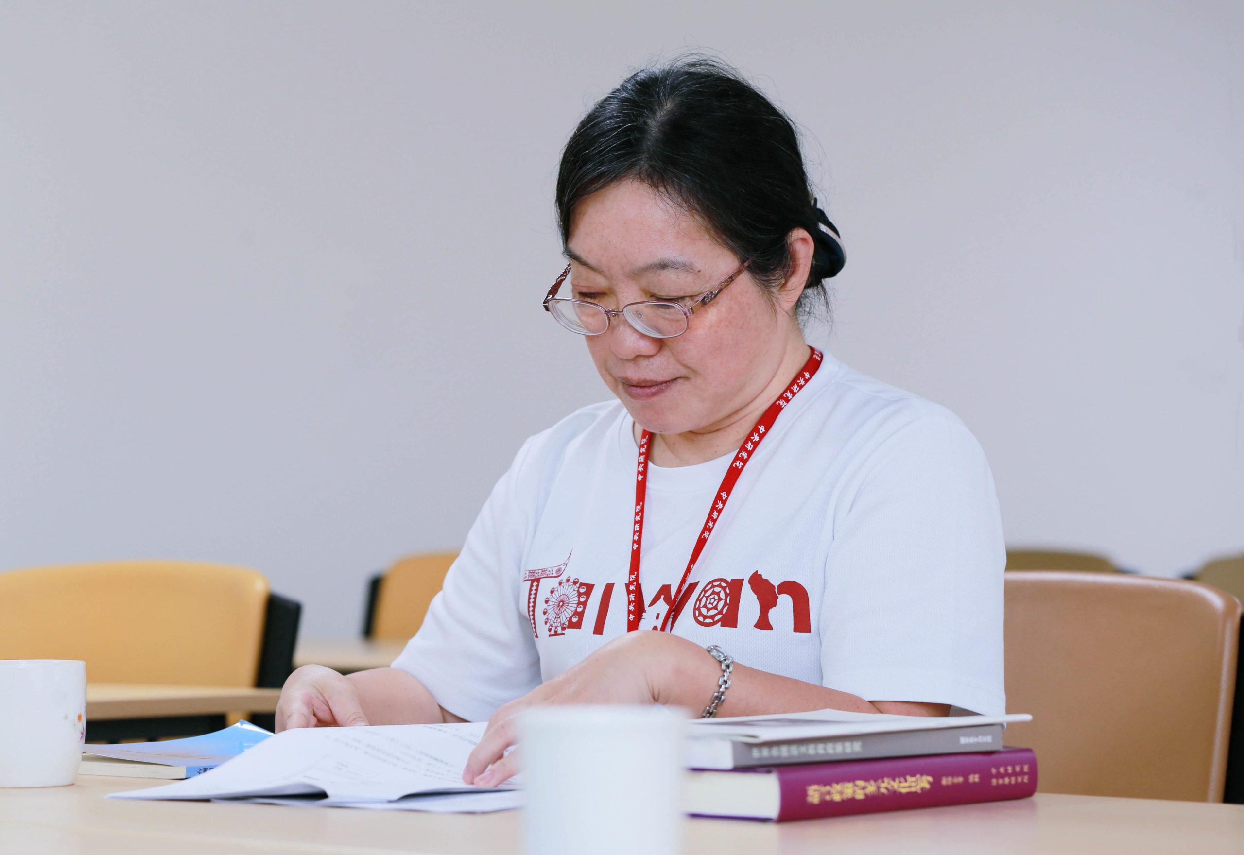 「我的研究動機很簡單,為什麼我的母語都沒有人研究?」碩士、博士論文都是研究閩南語,蕭素英說,研究母語最大好處就是能掌握細微語義差別。她帶孩子念故事書,也會用閩南語來講,讓孩子知道漢字也可以用閩南語來念,因為「語言傳承,就是要創造接觸的環境。」圖│研之有物