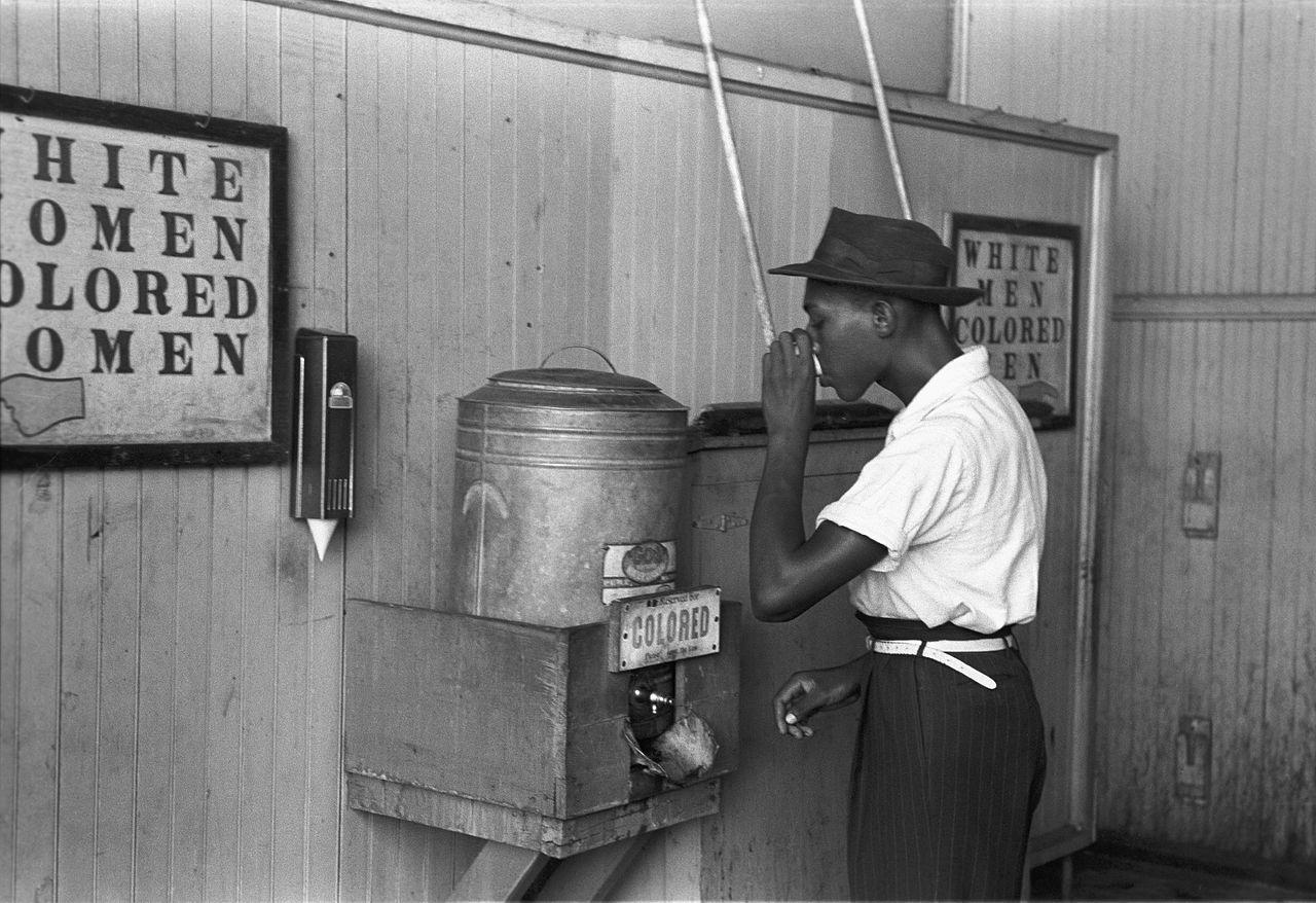 1896 年美國最高法院在「普萊西控訴佛格森案」(Pless v. Ferguson)中判決,「隔離但平等」(separate but equal)並沒有違背《美國憲法》第十四條修正案後,確立種族隔離合法化。圖為被標上「colored」供黑人使用的飲水機。圖│the United States Library