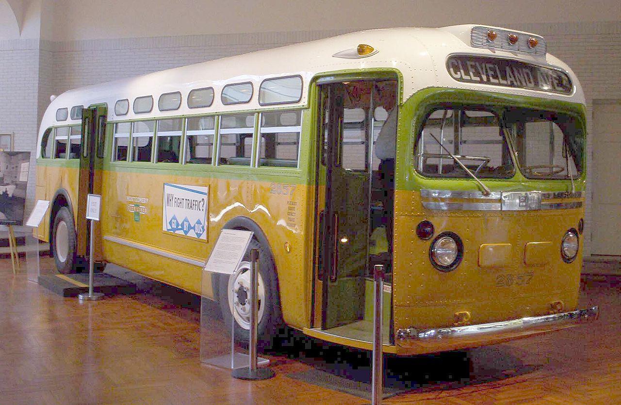 1955 年,羅莎‧帕克絲(Rosa Louise McCauley Parks)拒絕讓位給白人而被逮,引發「抵制公車運動」。事件發生在週四,週五已印好 5 萬份傳單、安排接駁車,可見這是民權組織籌備縝密的行動,條件俱備、順勢而起。圖為收藏於博物館的第 2857 公車。圖│Eege Fot vum