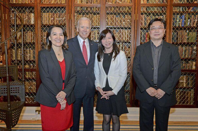 臺灣癌症登月計畫團隊參與領袖會議,陳玉如與當時的美國副總統拜登合影。圖│陳玉如