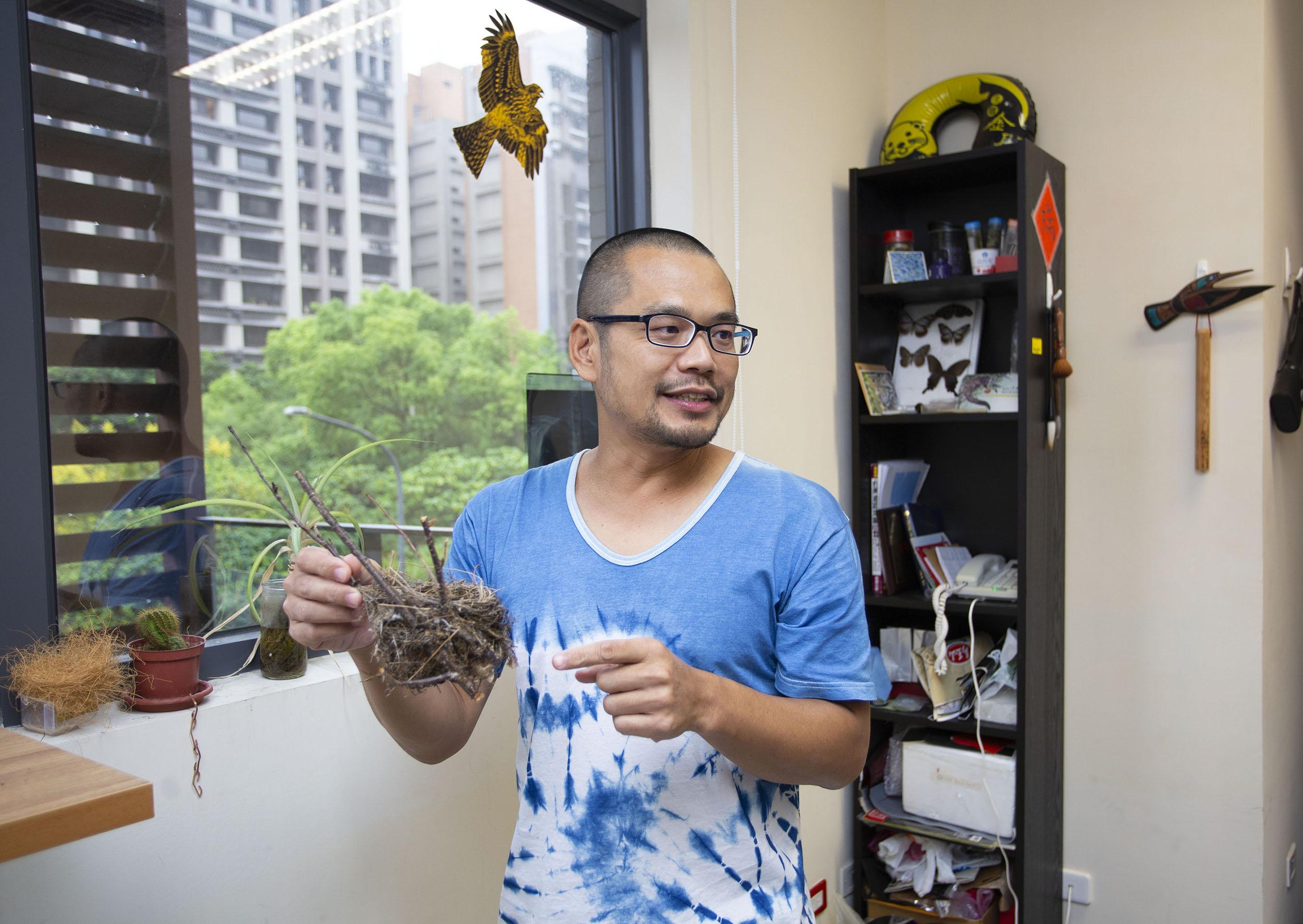 中研院生物多樣性研究中心洪志銘副研究員,對於鳥巢在適應環境上的變化相當感興趣,也是目前全世界研究鳥巢演化的先驅。圖│研之有物