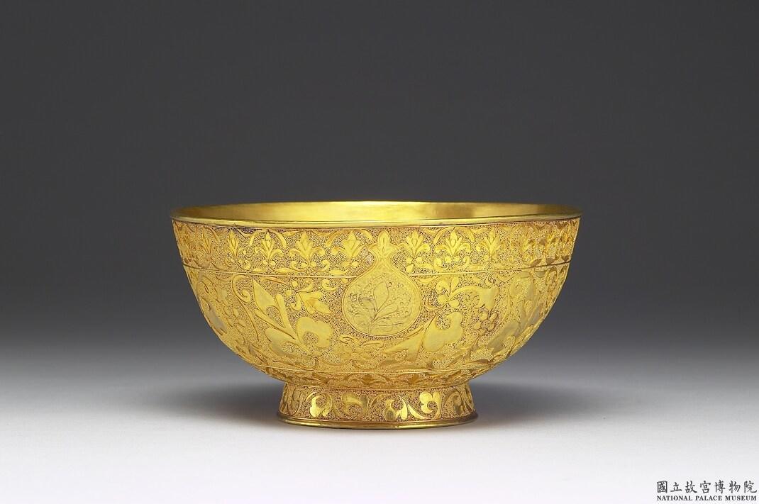乾隆御用金碗。想要使用這般金光閃閃的器皿,得先努力爭氣,打敗後宮所有對手,順利升職登上皇后寶座。圖│國立故宮博物院