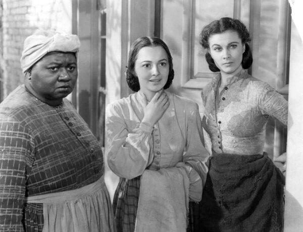 海蒂·麥克丹尼爾(左一)以黑人姆媽一角拿下 1939 年奧斯卡最佳女配角獎,成為史上第一位拿下小金人的黑人演員。但諷刺的是,種族隔離政策下,她不僅無法出席電影首映會,也沒辦法親自領獎。圖│《亂世佳人》劇照