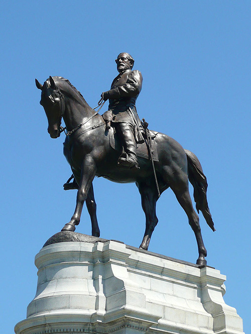 是否移除李將軍雕像,在美國各州爭議已久。支持移除者認為,南方邦聯代表人物象徵了種族主義、蓄奴制度,不應該再被樹立紀念;但反對者則主張,李將軍雕像已成為地方歷史一部份,不應被過度詮釋。圖│Hal Jespersen