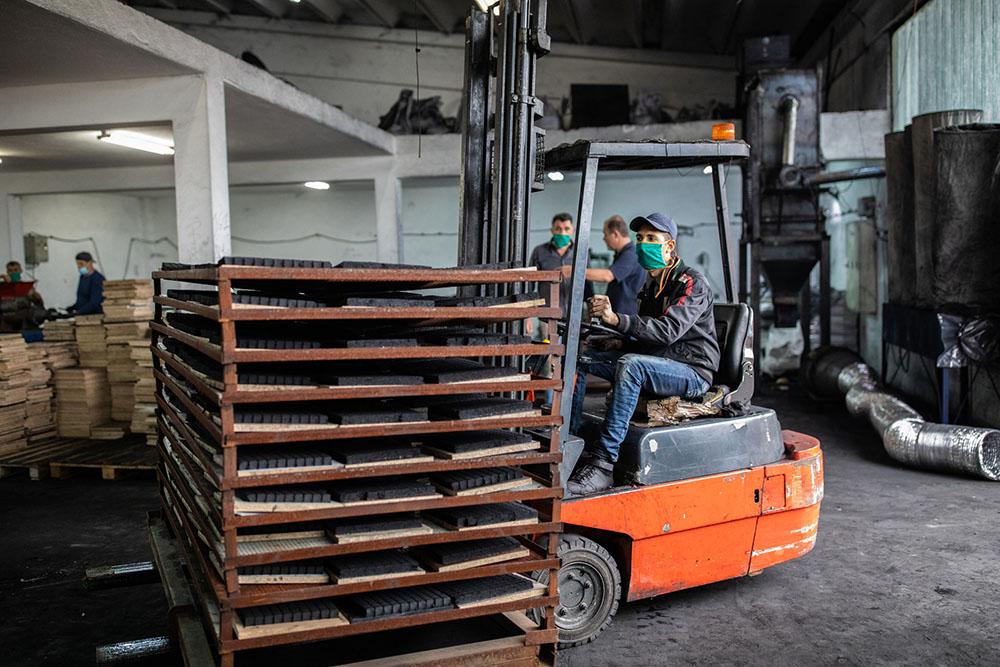 各國遠距工作、國際貿易的程度,都可能影響疫情傳播與經濟衝擊。台灣由於製造業占比多,在遠距工作的可行性排行上算是中等國家。圖│iStock