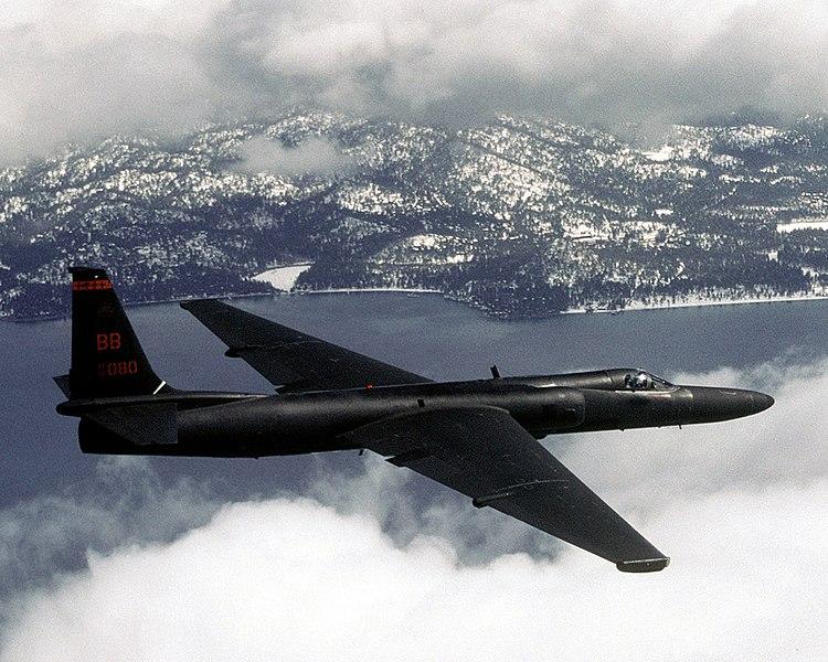 U-2 外型纖細、機翼極長,有著「蛟龍夫人」(Dragon Lady)之稱。機身只有前後兩個輪子,降落時必須有專車在機翼兩側預備,以長桿和磁鐵裝上兩個輪子,飛機才能順利滑行落地,極度考驗飛行員。圖│Master Sgt. Rose Reynolds
