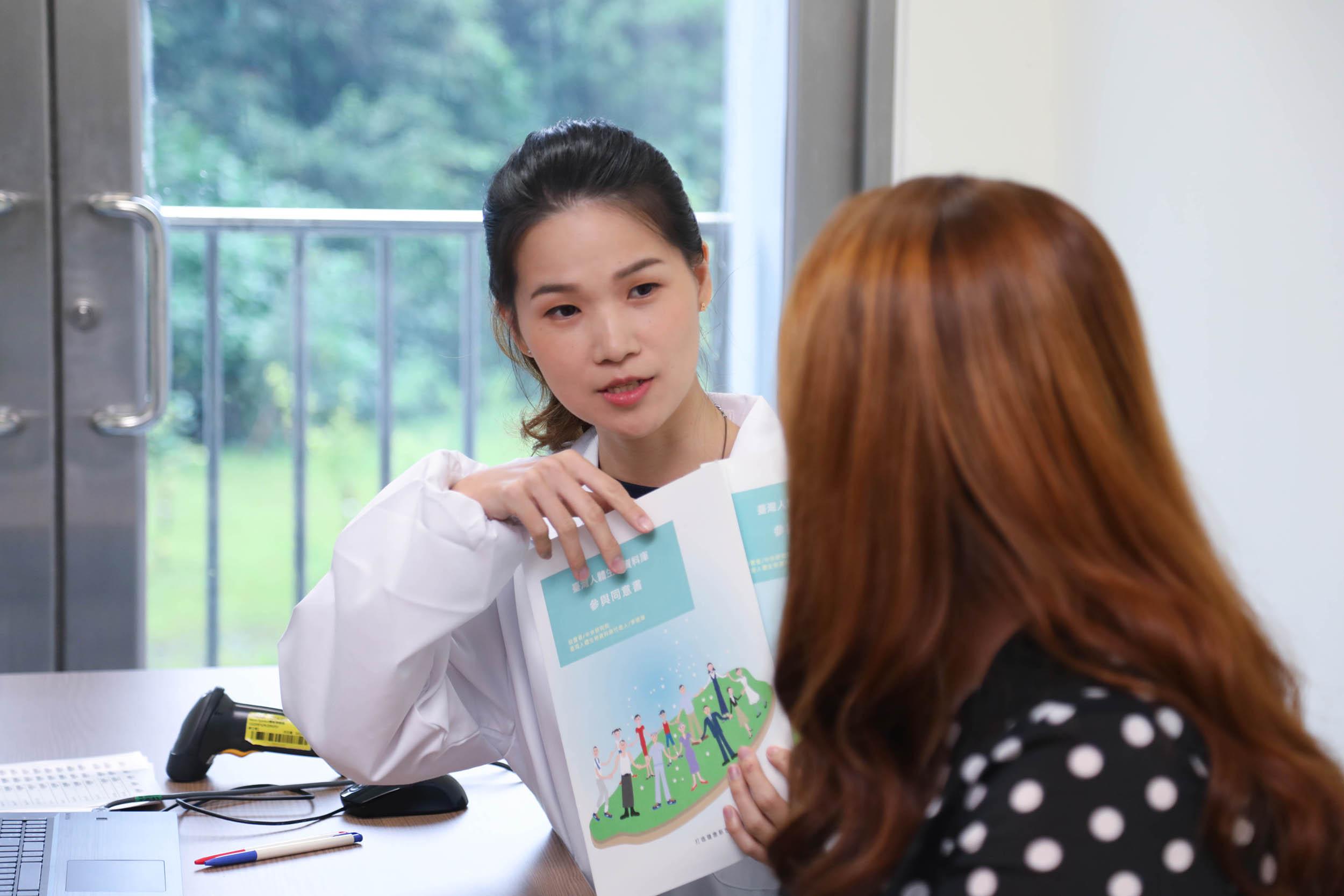 臺灣人體生物資料庫收集案件需要充分的說明,並徵得受試者同意。圖│Taiwan Biobank