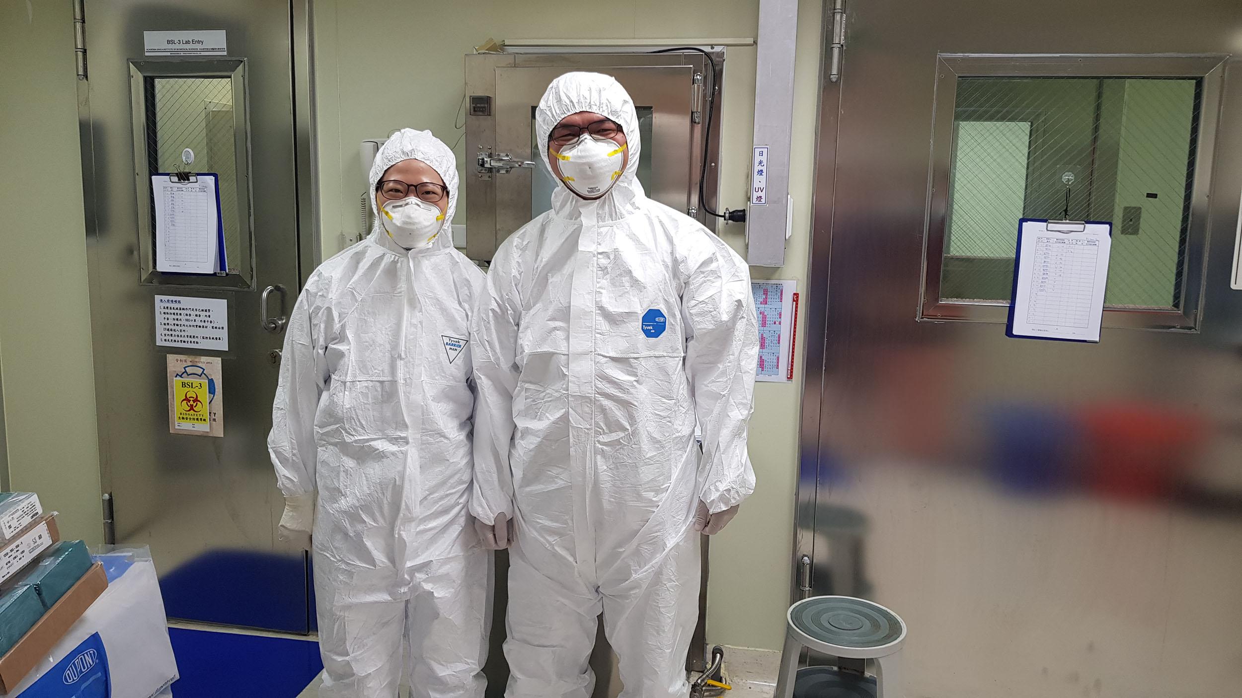 林宜玲實驗室同仁在 P3 實驗室前合影。P3 實驗室的工作人員必須穿著實驗衣,而且穿、脫順序都有嚴格的 SOP,並配合定期訓練。圖│林宜玲