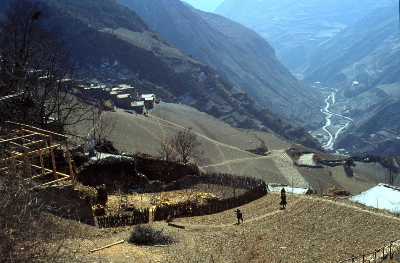 岷江切過青藏高原邊緣形成高山間的深谷,四川方言稱之為「溝」。村寨一般聚居在每個溝的半山腰。我們熟悉的「九寨溝」,意思就是一個溝中有九個寨。圖│王明珂