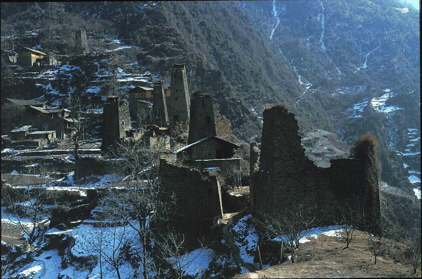 體現村寨「孤立感」的明顯例子:傳統的羌族聚落,常見一座座石頭屋緊密相連,數十到上百間,整片牆上只開了幾扇小窗,建築底部留著一條窄道。在在顯示資源競奪劇烈,對外恐懼、提防的特徵。圖│王明珂