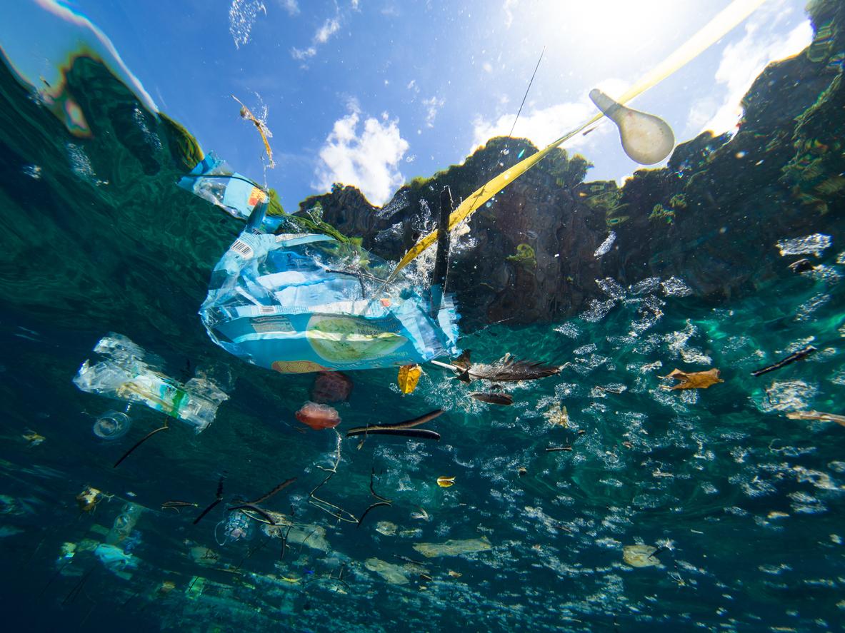 鄭明修數十年來看盡世界各地海洋變遷,痛心指出海洋垃圾為當前最嚴重的環境問題。圖片為漂浮在海面上的塑膠垃圾,水下拍攝。圖│iStock