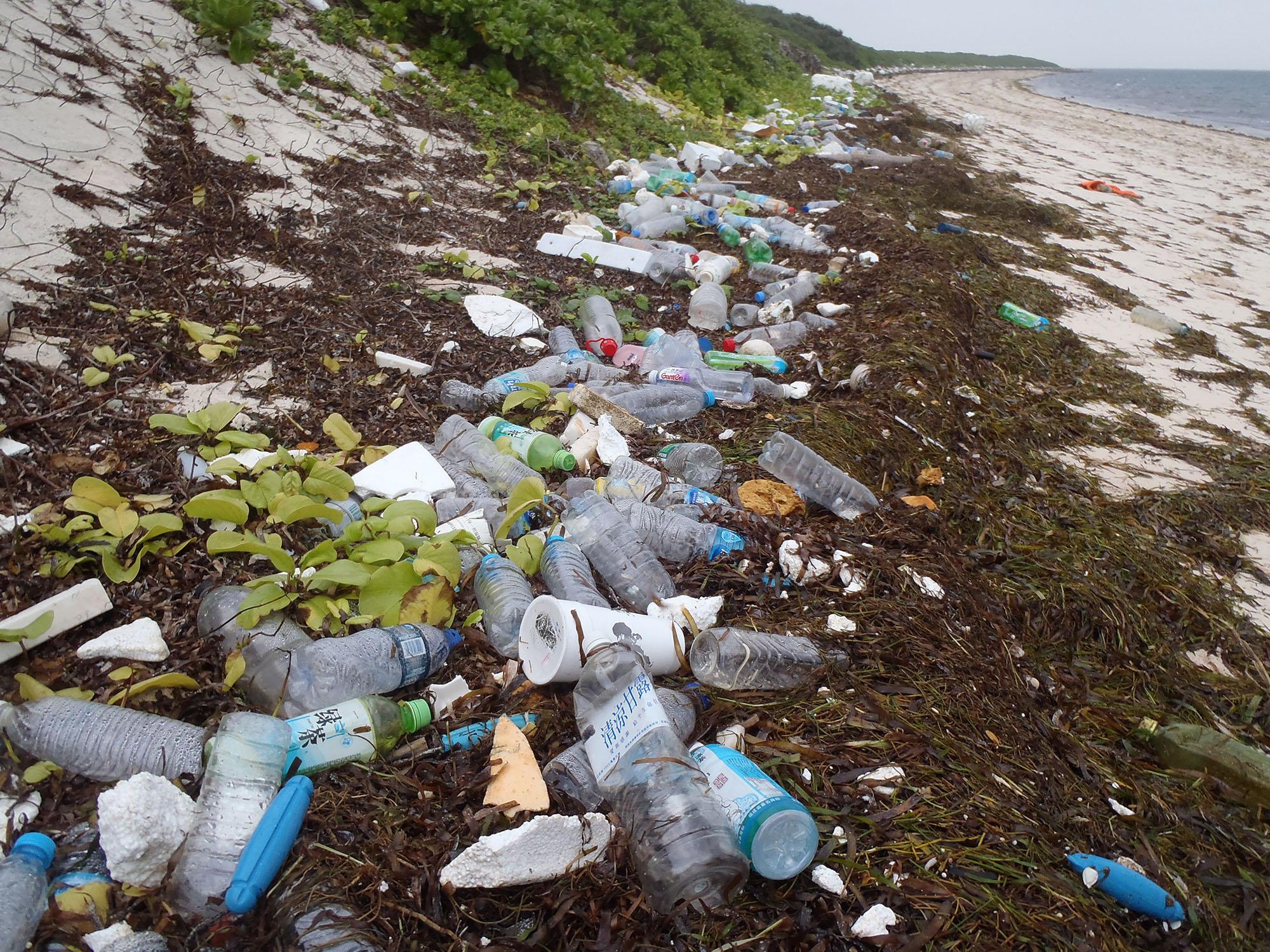 鄭明修發現東沙島海漂垃圾多得嚇人,圖片為東沙島岸上的海漂垃圾。圖│鄭明修
