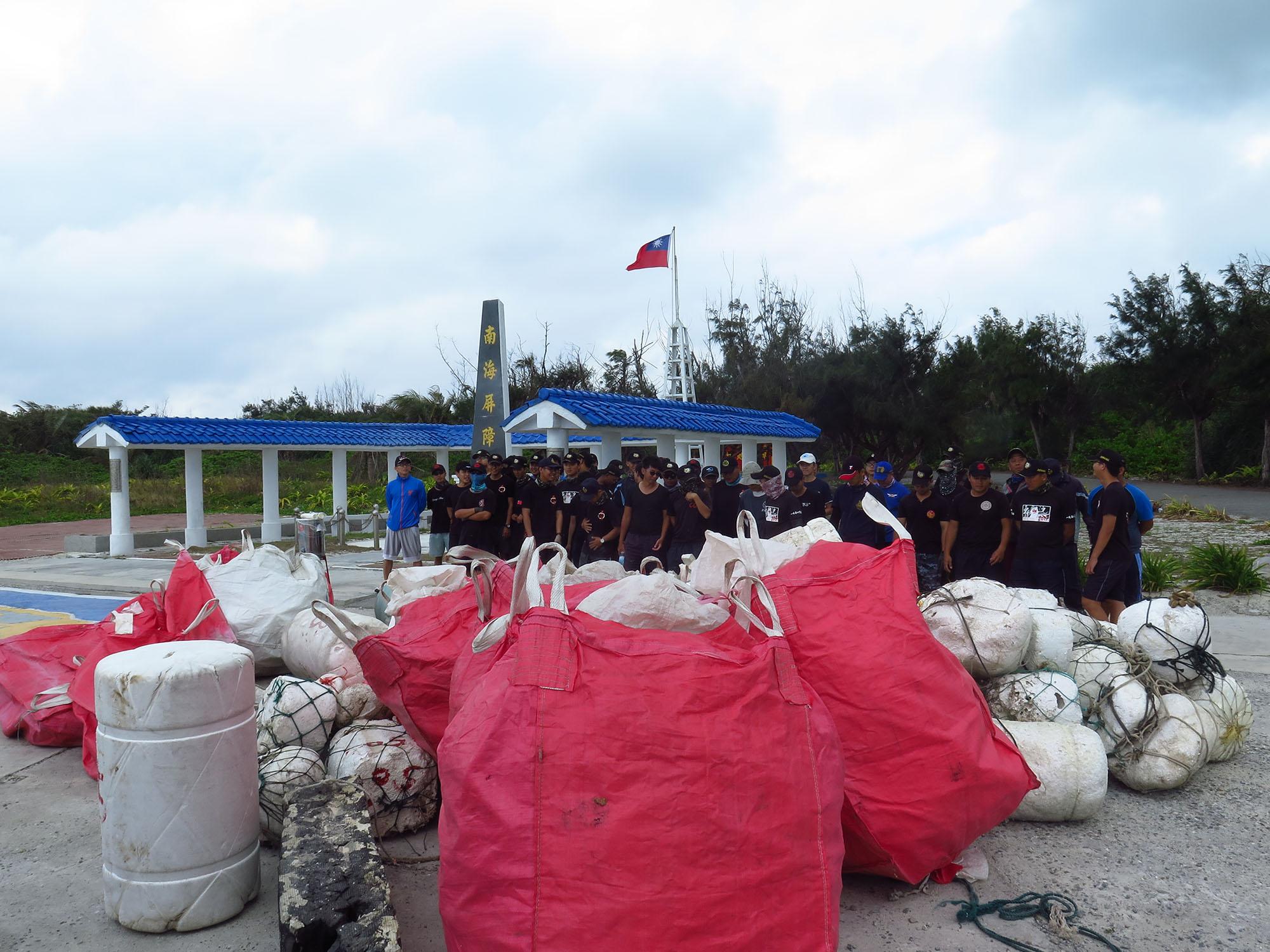 為了瞭解海漂垃圾從哪裡來,海洋國家公園管理處同仁、上島研究團隊與海巡署士兵協助調查海漂垃圾,分析裡面的組成物,鑑定後發現多半來自中國或東南亞國家。圖│鄭明修