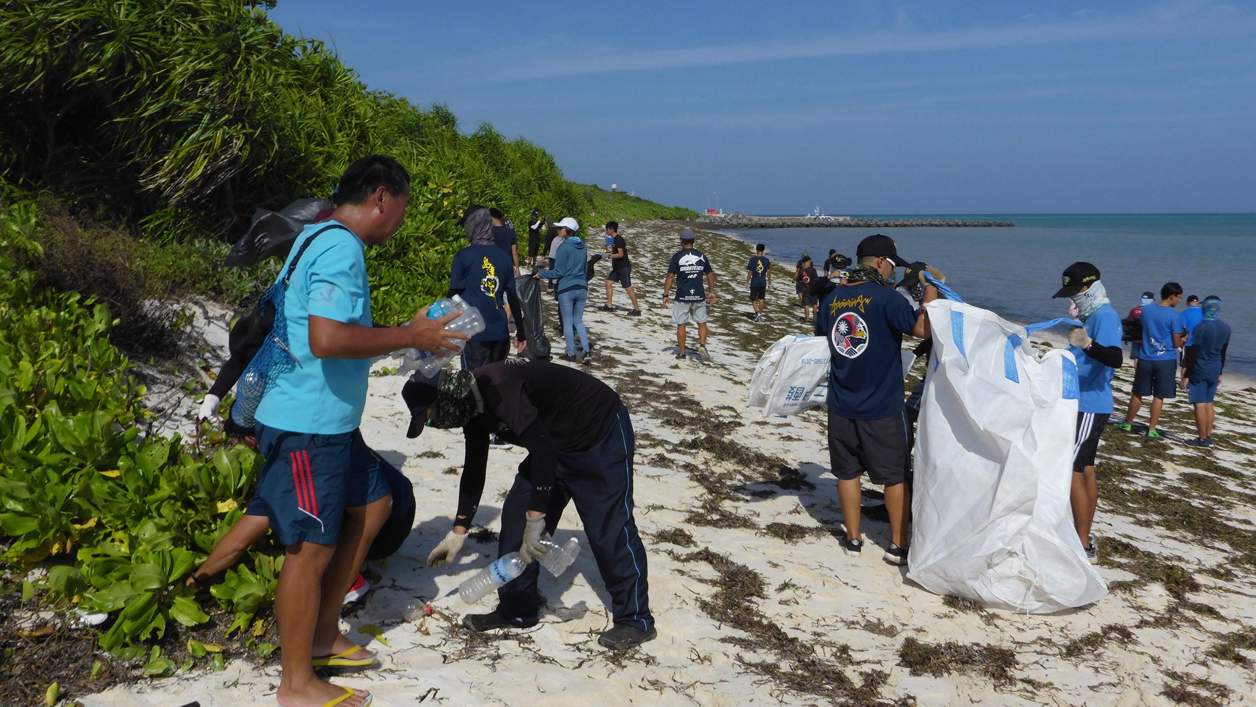 淨灘或認養海灘活動,目的是讓大眾親眼看見海岸到處是垃圾,從自己開始改變。圖│鄭明修