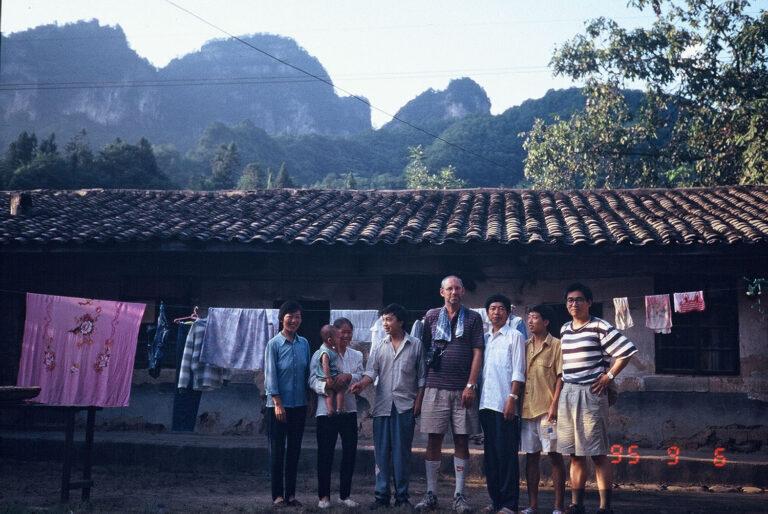 1995 年,吳介民(右一)跟黎安友(右四)訪問四川巴中深山村落,與村民合照。吳介民回憶,前往村落的途中,車子一路盤旋山路,一邊是山壁、一邊是山崖,一行人歷經夜半迷路、拋錨,驚險萬分。圖│吳介民