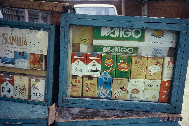 吳介民拍下的路邊菸攤,琳瑯滿目的當地香菸品牌,但從包裝設計上可看出不少皆仿自世界知名廠牌。圖│吳介民