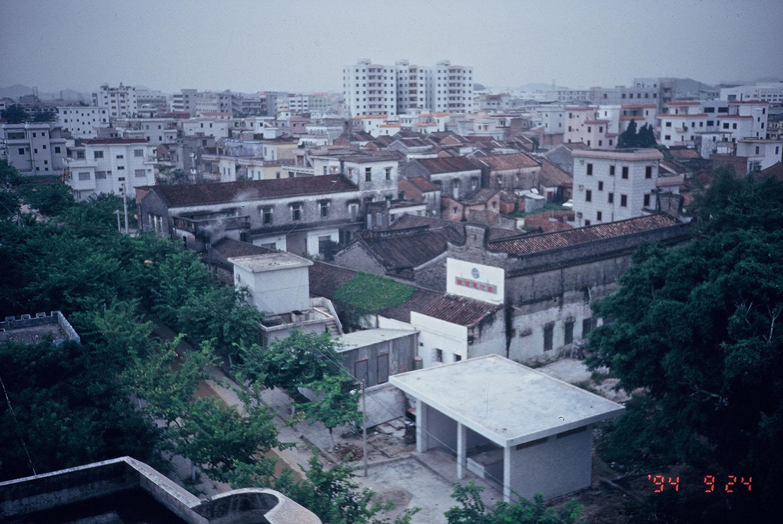 吳介民長期田調的一個東莞村落,周遭是高檔商業區,包圍著原本的老舊村區。村裡可見中國現代化付出的各式成本,廢水排放、土地汙染、廢棄垃圾。在當地田調,他被禁止拍照。圖│吳介民