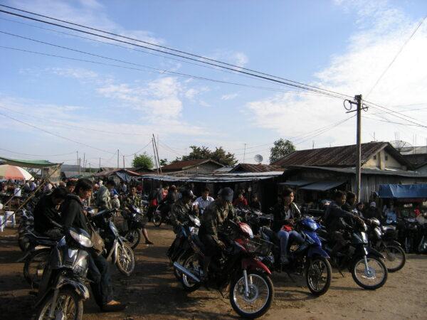 臘戌的摩托車市集。市集裡除了販賣走私摩托車,還有販賣偽造車牌的攤位。圖│張雯勤