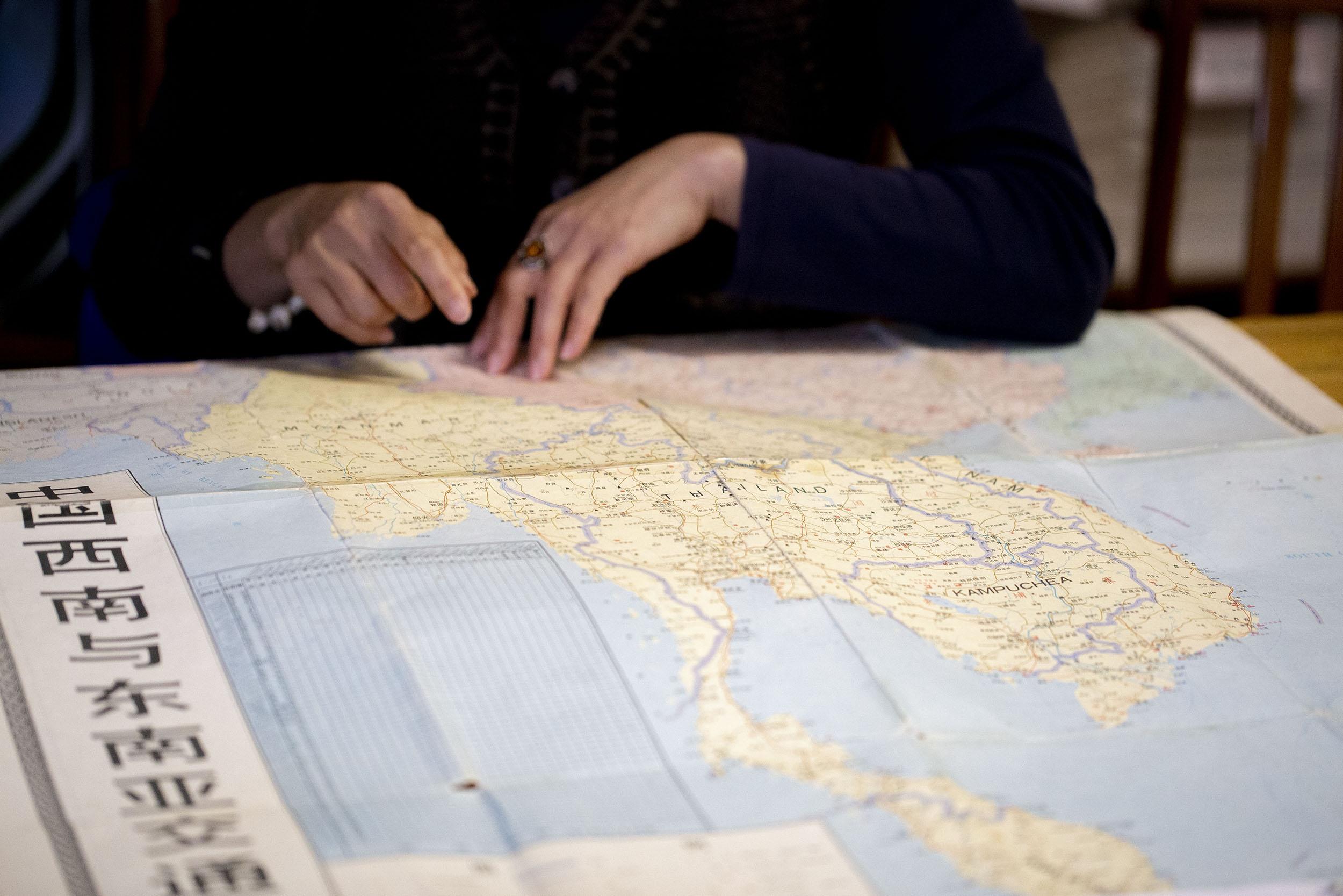 張雯勤指著地圖,說明段大嬸的流離遷徙路線,她解釋:「段大嬸的故事呈現了雲南移民婦女過去不被看見的經濟能動性,尤其是在泰緬邊區長程貿易中的重要角色,這是以往在馬幫經濟文化研究從來沒有被討論的。」圖│研之有物