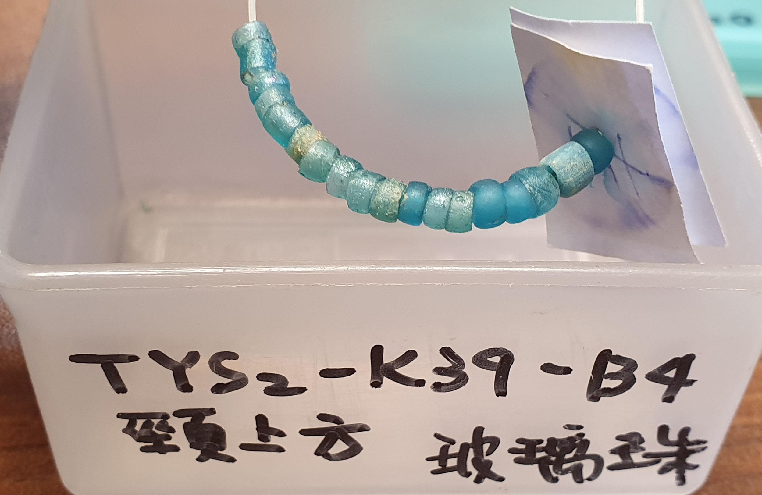 臺南道爺南遺址的玻璃珠,可串聯掛在頸部,做為陪葬品使用。圖│研之有物